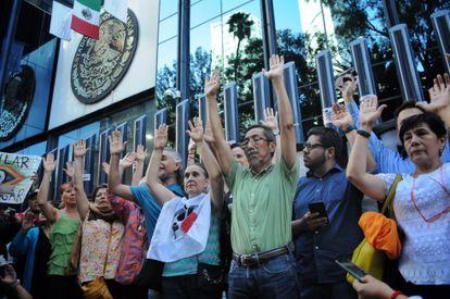 Periodistas y defensores de derechos humanos durante una manifestación contra el espionaje, en junio de 2017.