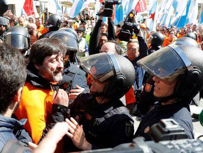 El diputado de Podemos, Rafa Mayoral, en la protesta de los trabajadores de Alcoa de marzo en el Congreso.