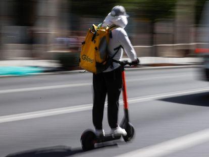 Un repartidor circula por una calle de Madrid, el pasado jueves.