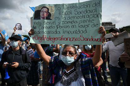 Una manifestante participa en las protestas suscitadas después de la destitución del fiscal Sandoval.