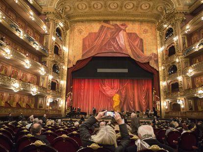 El Teatro Colón reabrió sus puertas al público este viernes, 2 de julio, con la función que ofreció la Orquesta Filarmónica de Buenos Aires.