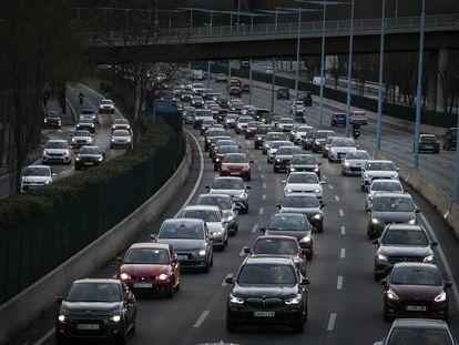 Tráfico intenso en una salida de Barcelona el 19 de marzo, primer fin de semana sin restricciones comarcales en Cataluña.