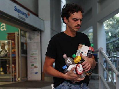 Un hombre lleva la compra en sus brazos el pasado miércoles en Ciudad de México.