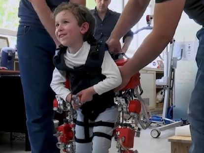 El exoesqueleto que se acopla al cuerpo de los niños con movilidad reducida para que puedan caminar