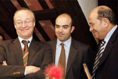 Josep Piqué, Daniel Sirera y Francesc Vendrell presentan la moción en el registro del Parlamento.