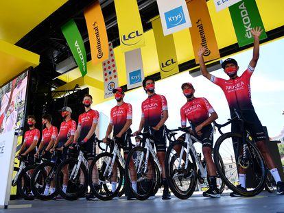 Los corredores del Arkea, en el podio de firmas de una etapa del Tour.