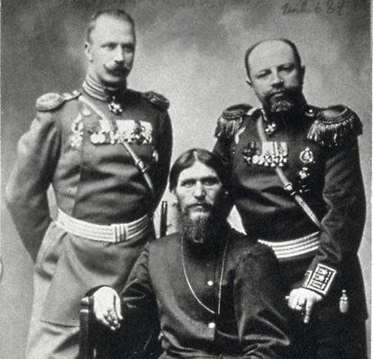 Rasputín, escoltado por el príncipe Putiatin y el coronel Loman, en Rusia hacia 1915.