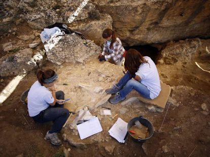 Unas arqueólogas trabajan en el yacimiento de Pinilla del Valle (Madrid).