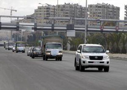 Un convoy de camiones de la Agencia de la ONU para los Refugiados Palestinos (UNRWA) se dirige al campo de refugiados palestinos de Al Yarmuk, en el sur de Damasco, Siria. EFE/Archivo