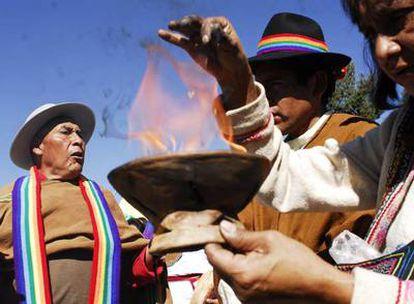 Tres mujeres participan de una celebración indígena en la sede de la reunión de los pueblos originarios americanos