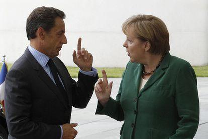 El presidente francés Nicolas Sarkozy y la canciller Angela Merkel, ayer en Berlían.