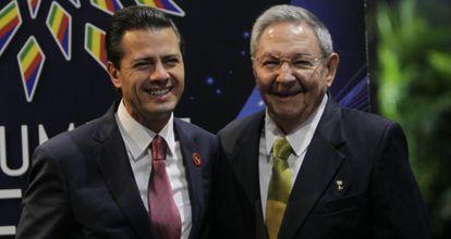 Peña Nieto y Raúl Castro, ayer en La Habana.