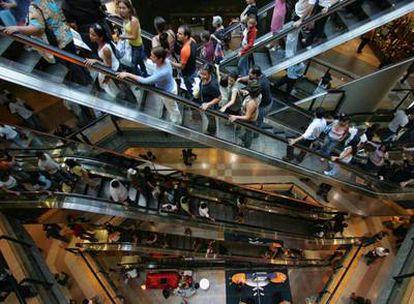 El español ha cambiado el centro comercial y el  restaurante por la comida en  casa y   la fiambrera en el trabajo.