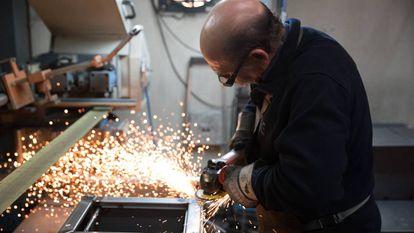 Un operario trabaja en una fábrica.