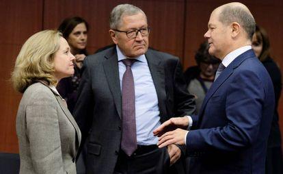 La ministra de Economía española, Nadia Calviño, conversa con el presidente del Mecanismo Europeo de Estabilidad (MEDE), Klaus Regling, y el ministro de Finanzas alemán, Olaf Scholz.