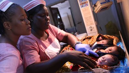 Dos enfermeras cuidan de los recién nacidos en un hospital de Freetown, Sierra Leona.