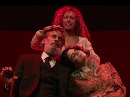 Frances Garrido, Carmen Conesa y Miranda Gas, en 'La casa de los espíritus', dirigida por Carme Portaceli.