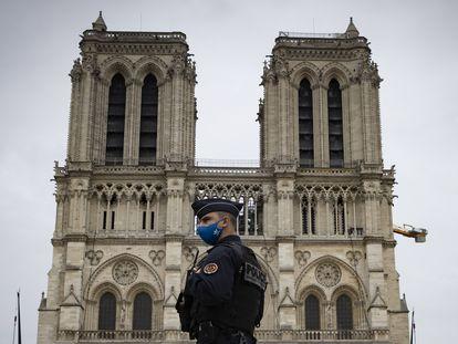Un policía frente a la catedral de Notre Dame de París el 29 de octubre de 2020.