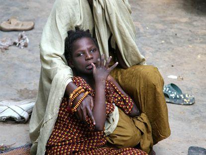 Firdausi, una de las víctimas del Trovan, con su madre.