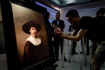 La obra 'El próximo Rembrandt' durante su presentación.