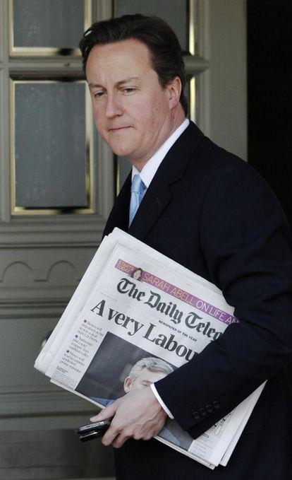 David Cameron sale de su casa en Londres.