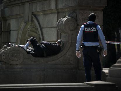 Un sin techo en la plaza de Cataluña, en una foto del mes de marzo.