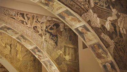 Algunos de los arcos con las pinturas románicas del monasterio de Sijena expuestas en el MNAC.