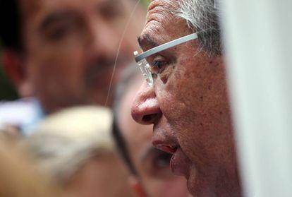 Paulo Guedes habla con periodistas antes de una reunión que mantuvo en Río de Janeiro con el presidente electo Jair Bolsonaro.