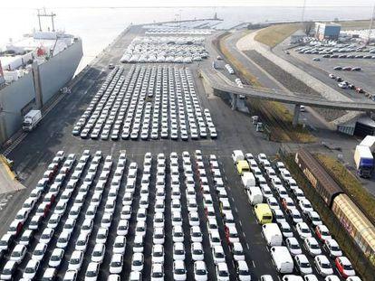 Vehículos de Volkswagen preparados para la exportación desde el puerto de Emden (Alemania).