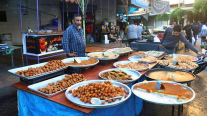 Un puesto de dulces en Siria durante el mes sagrado del Ramadán.