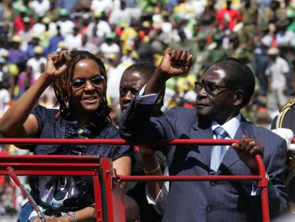 Robert Mugabe y su esposa, Grace, saludan a los congregados en el Estadio Nacional en agosto de 2013 para asistir a su séptima investidura.