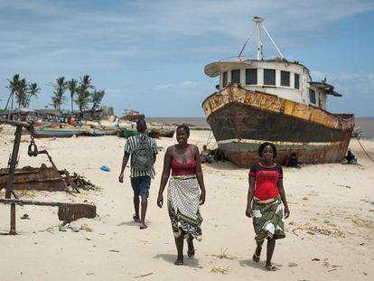 Muchas viviendas, comercios, barcos de pesca y edificaciones están todavía en construcción un año después del paso del ciclón Idai en Beira.