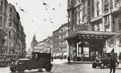 El templete original de Antonio Palacios en la entrada de la estación de metro de Gran vía de Madrid, en 1925.
