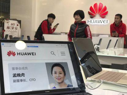 Imagen de Meng Wanzhou, vicepresidenta de Huawai, en una tablet en una tienda de la empresa en Pekín.