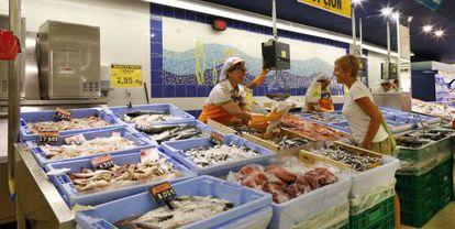 Puesto de pescadería en un supermercado de Mercadona.