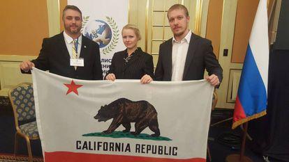 El representante de Yes California Independence Campaign (izquierda), Louis J. Marinelli, con organizadores del foro en una imagen de su cuenta de Twitter.