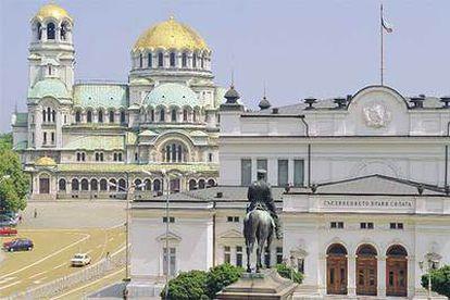 El Parlamento, de 1886 y proyectado por Constantin Yovanovic, y la catedral de Alexander Nevski (1882-1912), en Sofía.
