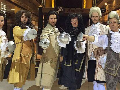 El grupo de los nobles que combaten en la 'flashmob' de 'Scaramouche' (solo falta uno).El maestro Esperanza, a la derecha.