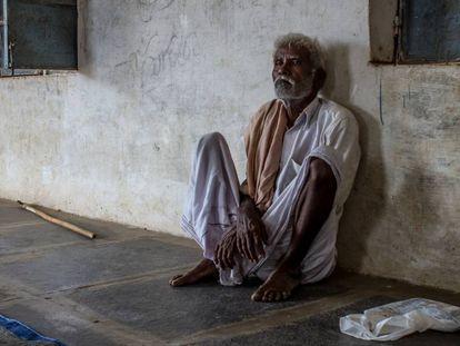 Thimmappa, de 65 años y enfermo de tuberculosis, en el local de su aldea, Htipalli, en el Estado indio de Andhra Pradesh, al que acude para recibir su medicación.