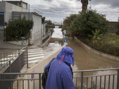 Un paso subterráneo inundado en Cabrera de Mar por las fuertes lluvias. En vídeo, declaraciones del alcalde de Castell-Platja d'Aro. Maurici Jiménez.
