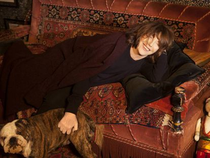 Jane Birkin, tumbada en un sofá en un hotel de París.