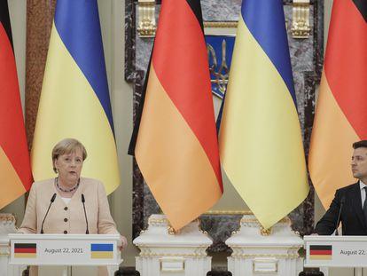 La canciller alemana, Angela Merkel, y el presidente de Ucrania, Volodimir Zelenski, en una rueda de prensa en Kiev, este domingo 22 de agosto.