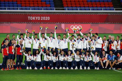 Los futbolistas de España celebran tras conseguir la medalla de plata durante los Juegos Olímpicos 2020, este sábado en el Estadio Internacional de Yokohama en Yokohama (Japón). EFE/Alberto Estévez