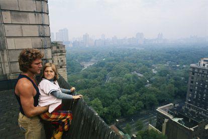 Ryan O'Neal y su hija Tatum, en la época en la que ambos protagonizaron 'Luna de Papel', observan el Central Park de Nueva York desde el hotel Pierre de Manhattan.
