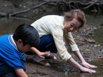 Youn Yuh-jung junto al niño Alan Kim, en una imagen de 'Minari'.