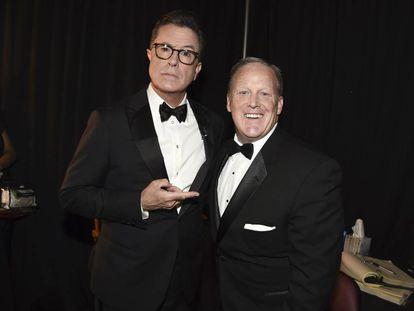 Stephen Colbert, presentador de los Emmy, con Sean Spicer, exportavoz de la Casa Blanca, el domingo.
