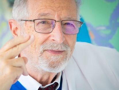 Luis Enjuanes cruza los dedos conjurando el éxito de su futura vacuna contra el coronavirus.