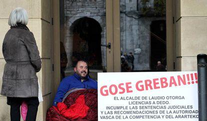 Aitor Aurrekoetxea en la puerta del Ayuntamiento de Llodio tras 24 horas de huelga de hambre.