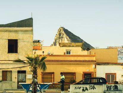Una imagen del Peñón tomada desde una calle de La Línea. Aquí la renta por habitante es cuatro veces inferior a la de Gibraltar