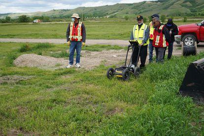 Tres técnicos operan un georradar el pasado 24 de junio para localizar tumbas en Saskatchewan (Canadá).